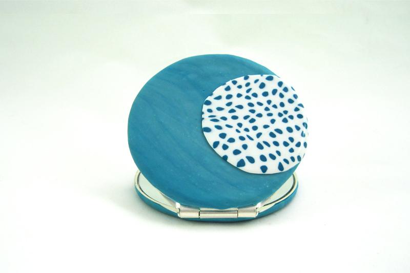 detalle 1 espejo de bolso lunares azul