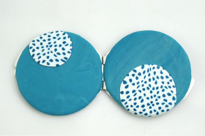 detalle 2 espejo de bolso lunares azul